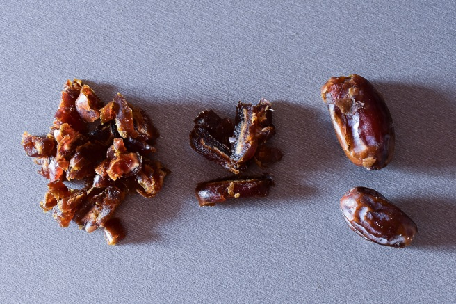 Curmale fara samburi taiate si maruntite pentru reteta dulce fara zahar