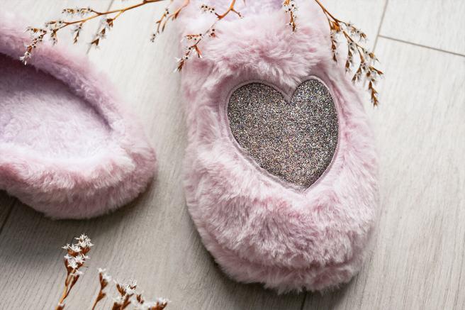 Papuci sau Slapi de casa pufosi roz cu inima din sclipici