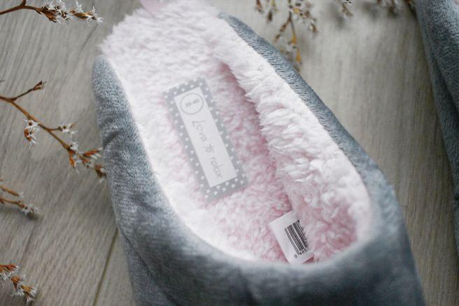 papuci de casa gri pufosi cu blanita roz