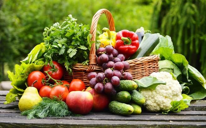 fructe si legume de sezon castraveti strugure verdeata rosii salata
