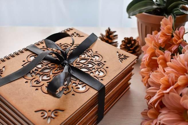 agenda cadou lemnisor din lemn gravat ideal